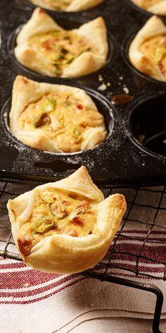 Diese leckeren Mini-Zwiebelkuchen lassen sich wunderbar in größeren Mengen zubereiten, portionsweise einfrieren und dann je nach Bedarf auftauen. Knuspriger Blätterteig herzhaft gefüllt - so lässt sich die Mittagspause entspannt genießen!