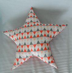 Coussin Minkee corail Forme étoile et tissu graphique Linna morata : Linge de lit enfants par gaillardises