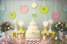 Para comemorar o aniversário de 1 ano da Lili, sua mamãe queriaque o tema da decoração fosse inspiradoem doces e que prevalecessem as cores claras e tons suaves, justamente para combinar com a delicadeza e doçura da aniversariante.  Assim, foi fácil de se chegar no tema confeitaria, que poderia