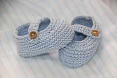 Buen tutorial en oh motjer mine! Baby Knitting Patterns, Baby Patterns, Diy Crafts Knitting, Easy Knitting, Knit Shoes, Pink Cotton Candy, Crochet Baby Booties, Knitted Baby, Baby Cardigan