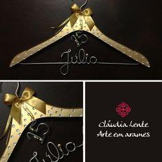 15 anos... cada uma tem seu estilo. A Júlia quis muito brilho para sua festa e optou pelo cabide dourado com cristais salpicados!Visite nossa loja e, caso não encontre um modelo do seu jeito, podemos desenvolver a sua ideia! Conheça também nossas promoções: http://www.elo7.com.br/cabides-personalizados/al/54EEE  #cláudialente #arteemarames #cláulente  #bride #noiva #noivacomestilo #bridestyle #cabidenoiva #ograndedia #noivasdobrasil…