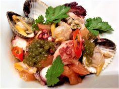 Ensalada de pulpo y berberechos con vinagreta de lima, tomate y  perlas de wakame.