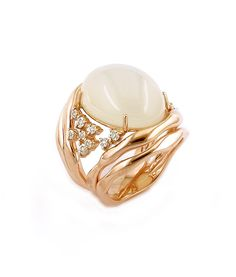 Ring in 18K white and rose gold with round diamonds and white moonstone.