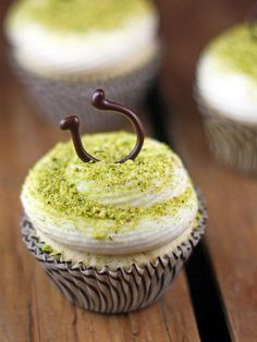 Lucky St. Patrick's Day Cupcakes >> http://blog.diynetwork.com/maderemade/2014/03/07/7-lucky-things-you-should-turn-green-for-st-patricks-day/?soc=pinterest