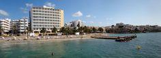 La playa urbana de Ses Figueretes se extiende desde el Salt de s'Ase en la zona de Dalt Vila hasta el barrio de Es Viver. Esta playa es muy visitada por su fácil acceso y por tener una de las vistas mas bellas de Dalt Vila. Desde ella puede cogerse el ferry para pasar un día en la isla de Formentera, la Pitiusa Menor. Los ferris parten diariamente por la mañana y vuelven a media tarde a precios muy económicos.