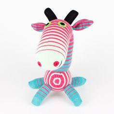 Livraison gratuite girafe fait main chaussette rayée rose Peluches animaux poupée bébé par supersockmonkeys sur Etsy https://www.etsy.com/fr/listing/110121357/livraison-gratuite-girafe-fait-main