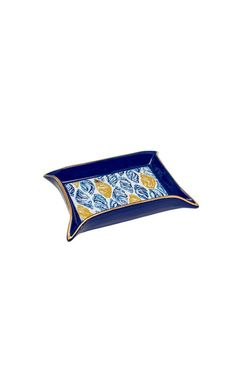 The trinket tray set is a ceramic set of two trays featuring favorite Lilly prints. The perfect gift, this set offers fun ways to decorate your home.