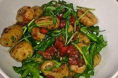 Gnocchi-Salat mit Pinienkernen und getrockneten Tomaten
