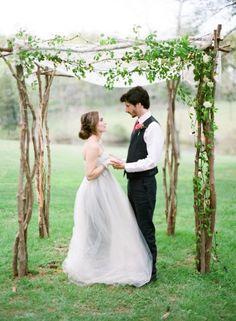 Simple et romantique est cette arche de mariage