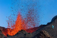 Uma pessoa extremamente corajosa se aproxima da lava na ilha francesa de Réunion.  fotos da national geographic 2016