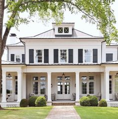 Exterior Gris, Exterior Design, Exterior Colors, Brick Design, Style At Home, Modern Farmhouse Exterior, Farmhouse Style, White Farmhouse, French Farmhouse