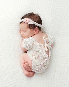 40 Awesome Newborn Baby Photography Poses Ideas for Your Junior - babyideaz Newborn Fotografia, Foto Newborn, Newborn Baby Photos, Baby Girl Photos, Newborn Shoot, Newborn Pictures, Baby Girl Newborn, Cute Baby Girl Pictures, Newborn Care