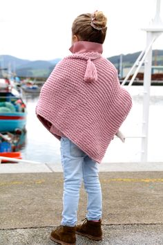 Om vi ​​inte bodde i norr . Baby Knitting Patterns, Knitting For Kids, Baby Patterns, Crochet Poncho, Knitted Poncho, Poncho With Sleeves, Girls Poncho, Quick Knits, Baby Girl Crochet