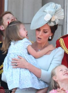 Kate Middleton Shows Her Lightning-Quick Mom Reflexes After Princess Charlotte Falls On Balcony Estilo Kate Middleton, Kate Middleton Style, Prince William And Catherine, Prince William And Kate, Lady Diana, Trooping The Colour 2018, George Of Cambridge, The Duchess, Prinz William
