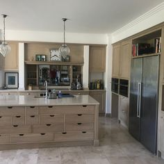 #atelierspoivredane #Küche #Maßarbeit #Eichen #sur mesure #cuisineclassique Decor, Kitchen Cabinets, Cabinet, Home Decor, Kitchen
