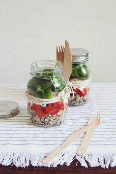 Salad in jar by Söta Salt <3 Poivron marinés, poulet, quinoa, pousse d'épinards & fromage frais.