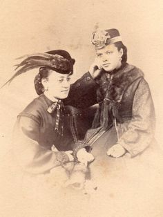 BEAUTIFUL FASHION STYLE CIVIL WAR CDV 2 LOVELY YOUNG LADIES FUR CAPE, PLUMED HAT
