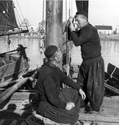 Volendammer vissers in gebreide visserstruien .Dertiger jaren.