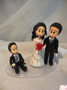 Topo bolo noivos com filho, personalizado conforme solicitado pelo cliente.