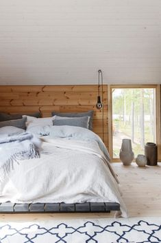 Cozy Cabin Interiors Inspiration for a modern log house - Honka Are You Buying A Central Air Conditi House, Home, Home Bedroom, Bedroom Interior, Cabin Decor, Cheap Home Decor, Log Home Interior, Rustic Bedroom, Cabin Interior Design