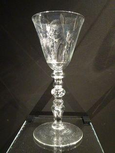 Dordrecht - Dordrechts Museum - eigen collectie. Aert Schouwman:  Kelkglas 'De Wijndrinker' Vreede en Vrijheit - diamantstippel en lijngravure - 1743. Foto: G.J. Koppenaal, 19/5/2016.