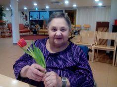 Naistenpäivänä muistaminen. Tulppaanit annettiin asiakkaille käteen. Sen merkitys on ihan erilainen kuin jos kukat vain tulisivat. Merkityksellinen kohtaaminen molemmille. Kevätkukkia odotellessa on vielä muutaman kerran vietävä kaupan kukkia.