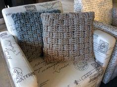 Stoer gehaakte kussens 45x45 in 2 soorten mandenvlechtsteek. Dikke zachte wol in kleuren Steengrijs en blauwgrijs. Unieke exemplaren! Via Etsy - haakmadam