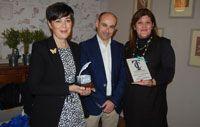 Imagen de la entrega del Premio Fernando de Rojas de la Asociación de Periodistas de Talavera de la Reina. Pilar Campillejo y Manuel Rico con Blanca Bermejo. #tierrasdeceramica #ceramica #talavera #puentearzobispo