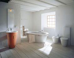 Wooden Bathroom Flooring Ideas with White Ceramic Bathtub for Modern Rustic Bathroom Design Rustic Bathroom Designs, Rustic Bathroom Decor, Wooden Bathroom, Rustic Bathrooms, Modern Bathroom Design, Bathroom Interior, Small Bathroom, Bathroom Ideas, Bathroom Inspiration