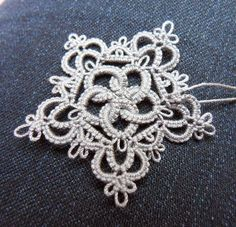 Le Blog de Frivole -pattern combines need;e and shuttle tatting. The interlocking circles are needle tatted.