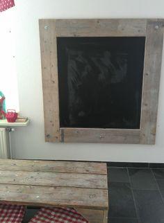 Steigerhouten schoolbord. MDF plaat met schoolbord verf beschilderd en daarna vier steigerhouten planken erom heen gemaakt.
