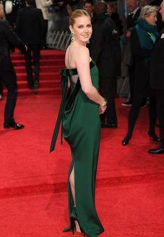 bajo el hechizo de vestido : Amy Adams éblouit en robe colonne émeraude avec un dos ouvert sexy aux BAFTA