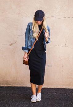 Jaqueta jeans e tubinho longo.