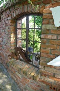 Durch Gespräche über den Gartenzaun erfuhr ich von einem weiteren Garten mit sehenswerter Ruinenmauer. Dieses Mal sogar im eigenen Dorf. Hier hatte der Hausherr viele interessante Dinge, wie z. B. Lochsteine, Röhren und Sandsteine