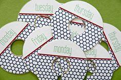 Use etiquetas nos cabides para separar as roupas que serão usadas em cada dia da semana.
