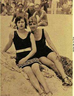 Curtindo a praia em Copacabana, anos 30