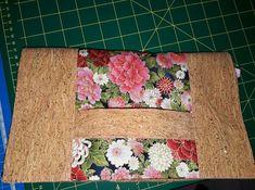 Pochette Cachôtin en liège et tissu fleuri cousu par Matho - Patron Sacôtin