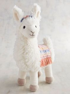 Llamas and alpacas are stampeding into 2018 to add some fluff to your life. This trend is totally quirky and fun, and we can't imagine a cozier animal to steal the winter spotlight. Alpacas, Alpaca Peluche, Llama Gifts, Cute Dorm Rooms, Baby Rooms, Boho Nursery, Easter Gift, Nursery Themes, Decoration