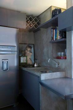 A pia original em granito, do apartamento Jardins, recebeu pintura espatular que…