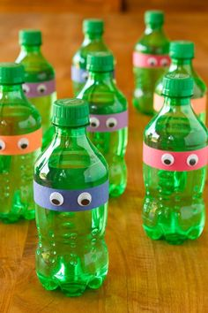Teenage Mutant Ninja Turtles Party Drinks -- how cute would these little Leonardo, Donatello, Raphael and Michelangelo drinks be for a TMNT party?! Super simple to make and takes very little time... | TMNT party drinks | teenage mutant ninja turtle party | TMNT party ideas | find the tutorial on http://unsophisticook.com