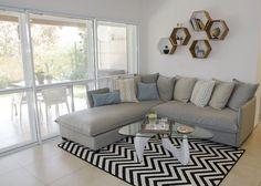 living room with hexagon shelves סלון עם מדפי משושים