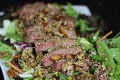 Jak zrobić sałatkę z wołowiną i orzechami  - Nietypowy przepis na z plastrami soczystego steka, uprażonymi orzechami oraz orientalnym dressingiem. Zobacz przepis Vide, napisz nam jak Ci smakowało:)