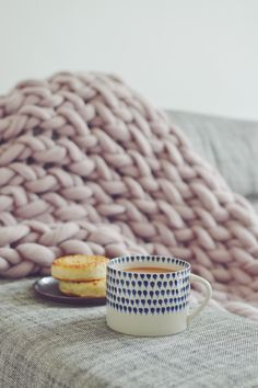 Is there anything better than tea and crumpets? We love treating ourselves to them while snuggled up in our cosy, hygge arm knitted chunky knit blanket in this beautiful dusky pink colour 💕