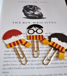 Harry Potter, Ron Weasley, Hermione Granger Punch Art Paperclip Bookmarks van M .Harry Potter, Ron Weasley, Hermione Granger Punch Artwork Paperclip Bookmarks Particular person or a Group of three (Diy Items Harry Potter) Find images and videos about book Harry Potter Ron Weasley, Harry Potter Diy, Bonbon Harry Potter, Marque Page Harry Potter, Harry Potter Parties, Harry Potter Thema, Theme Harry Potter, Harry Potter Bookmark, Harry Potter Cards