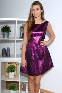 """Fioletowa brokatowa sukienka, z tyłu posiada ekspres w kształcie litery """"V"""". Doskonałe do licznych stylizacji, idealnie sprawdzi się w sylwestrową noc!"""