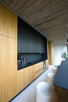 cuisine bois et noir avec plafond couleur taupe et des meubles bicolores noir et matériel PVC imitation bois clair