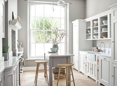 """""""Mi piace"""": 1,803, commenti: 30 - Neptune (@neptunehomeofficial) su Instagram: """"Light, bright kitchens are having a bit of a resurgence at the moment (in large part because of the…"""" Kitchen Interior, New Kitchen, Kitchen Design, Kitchen Ideas, Beach House Kitchens, Home Kitchens, Kitchen Island Furniture, Kitchen Islands, Neptune Kitchen"""
