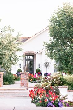 Where can the most beautiful homes and the best attractions be found in Phoenix, Arizona? The charming Arcadia neighborhood! Packed with the the most unique farmhouse, cottage, ranch, craftsman & Spanish style dream homes, flower-lined walkways & colorful front doors, this cozy slice of Phoenix, with lush, country inspired gardens & rustic meets modern exteriors & interiors, will completely reshape the way you think of desert living! #countrycottage #modernfarmhouse#dreamhomes Ranch Style Homes, Cottage Style Homes, Cottage House, Unique House Design, Dream Home Design, Arcadia Phoenix, Phoenix Arizona, Remodeling Mobile Homes, Dream House Exterior
