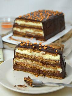 Esta tarta de dos chocolates es un clásico en mi familia desde hace muchos años. Como en casa a todos nos gusta el chocolate (y en que casa no XD) y somos bastante golosos es una tarta que reservamos para cuando estamos reunidos, sobre todo en cumpleaños. Lo mejor de esta tarta es que es muy fácil de preparar, se puede hacer por partes: Un día preparas los rellenos y al día siguiente haces las cap ... Chocolate And Vanilla Cake, Chocolate Recipes, Delicious Deserts, Yummy Food, Food Cakes, Cupcake Cakes, Cake Recipes, Dessert Recipes, Cake Cookies