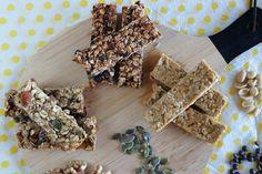 Με το ξεκίνημα της χρονιάς βάζουμε στόχους για ποιο υγιεινή διατροφή.  Οι μπάρες δημητριακών αποτελούν το τέλειο σνακ, πρωινό για μικρούς και μεγάλους καθώς μπορούμε όλοι να τις πάρουμε μαζί μας. Oat Bars, Granola Bars, Sweet Recipes, New Recipes, Recipies, Keto Egg Muffins, Desserts With Biscuits, Cereal Bars, Stevia